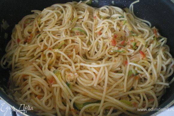 Отварить спагетти до полуготовности и добавить к тушёным овощам.