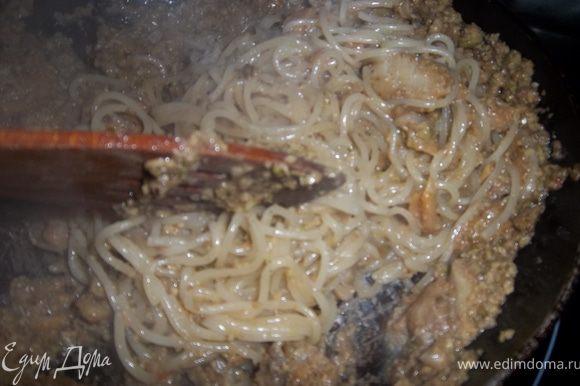 Смешать спагетти с полученной массой