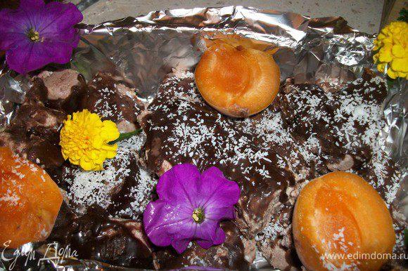Когда глазурь остыла, достаем конфеты из морозильника и заливаем глазурью, сверху посыпать кокосовой стружкой. Ставим в морозильник для застывания. Хранить в морозилке. перед подачей заранее достать для оттаивания.