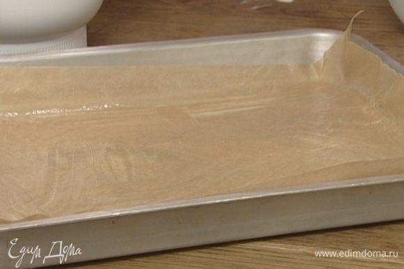 Застелить противень бумагой для выпечки, смазать бумагу сливочным маслом.