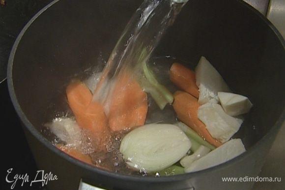 Сварить овощной бульон из моркови, сельдерея и одной луковицы.