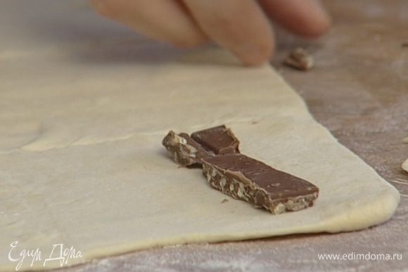 Шоколад поломать на маленькие кусочки.