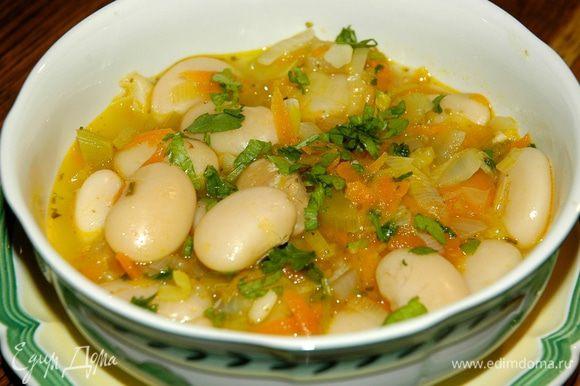 Петрушку мелко порубить и добавить в готовый суп.