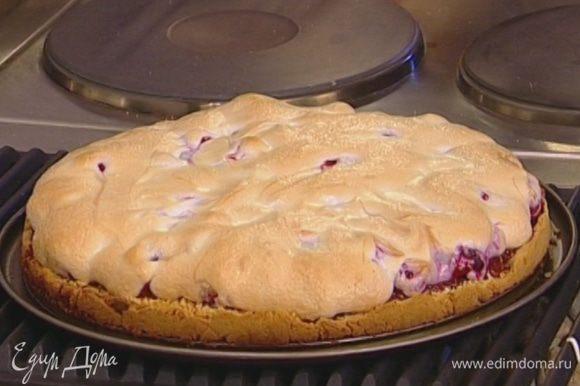 Выпекать пирог в разогретой духовке 35–40 минут.