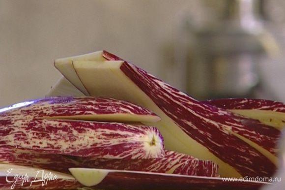 Баклажаны нарезать вдоль как можно тоньше, присыпать солью и оставить на 10—15 минут, чтобы они отдали свою горечь.