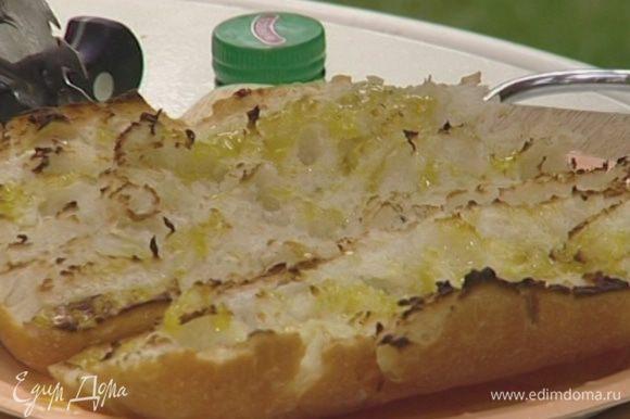 Сбрызнуть хлеб оливковым маслом.