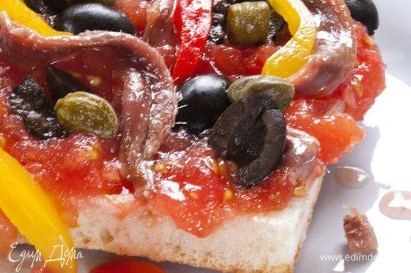 Посыпать хлеб оливками и каперсами, разложить большие кусочки анчоусов.