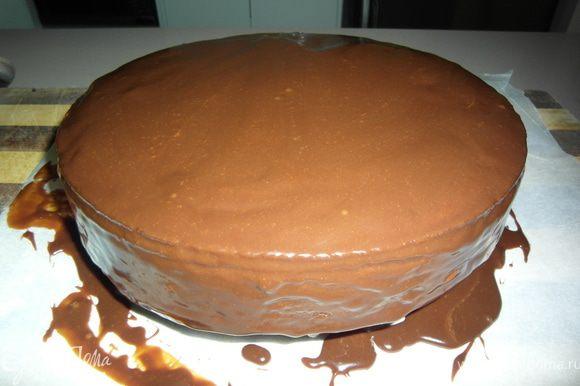 ...итак, когда торт готов, достаем его из духовки и ждем пока остынет (не вынимая из формы). После того, как торт достиг примерно комнатной температуры можно достать из формы и обмазать обильно Ганашом. (ТОРТ ГОТОВ!) Его рекомендуется подавать со сливками либо мороженным. При этом, если торт стоит в холодильнике, при подаче его рекомендуется немножко разогреть, до расстворения Ганаша (чтоб образовался мягкий шоколадный соус).