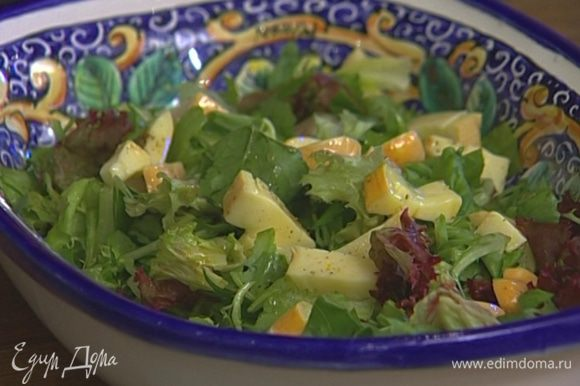 Выложить в глубокое блюдо листья салата, а сверху сыр вместе с заправкой и запеченные артишоки. Присыпать кинзой или базиликом.