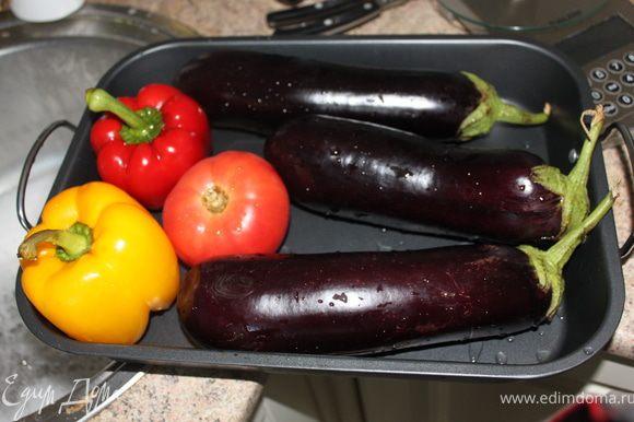 баклажаны,помидор,перец положить на противень и убрать в духовку на 50 мин на 180 градусов