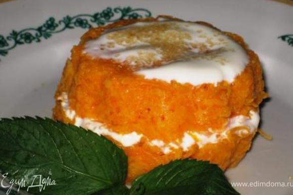 Морковь трем на мелкой терке, добавляем манку и белок, перемешиваем. раскладываем по кексницам, чуть присыпаем сахарком и в пароварку на 45 мин. Приготовление на пару наилучшим образом сохраняет витамины и вкусовые качества морковки, тыквы, вишни и т.д. Немного остужаем, извлекаем из формочек. Берем один кекс, ставим на тарелку широкой стороной вверх, кладем ложечку сметанки, присыпаем сахарком, накрываем другим кексиком широкой стороной вниз, сверху ложечку сметанки+сахарок. Приятного аппетита! P.S.: Для мамы на ужин очень даже.