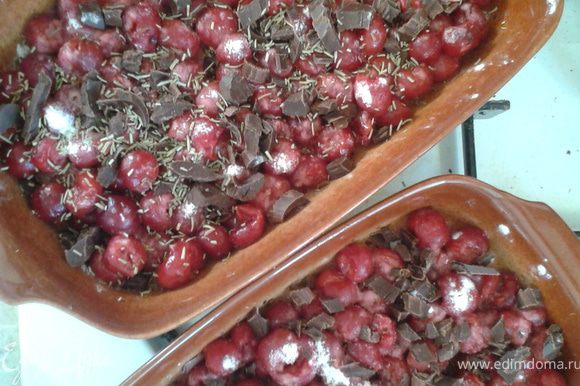Высыпаем слой свежей вишни без косточки (можно в собственном соку). Посыпать сахаром (если нужно) и крахмалом, перемешать. Сверху я посыпала розмарином и струганным горьким шоколадом.