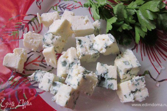 Сыр порезать на кубики и добавить к салату.