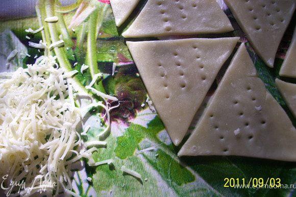 А потом я вырезала треугольнички и посыпала их тертым сыром и сухим чесноком...