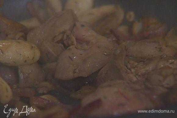 Добавить куриную печенку и жарить все вместе 3–4 минуты.