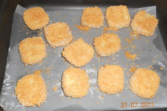 на противень выстелаем пергамент, смазываем его маслом , нашу колбаску нарезаем на кружочки по 0,5 см, и выкладываем на противень, выпекаем печенюшки 25-30 минут при 200 гр до золотистого цвета приятного апетита!