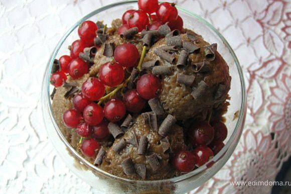 Готовый десерт разложить по креманкам, украсить веточками смородины и шоколадной стружкой.