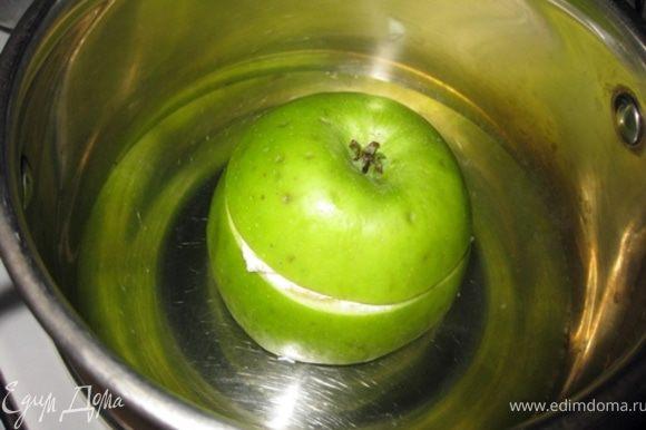 Поставить яблочко на дно небольшой кастрюльки,подлить немного воды (высота примерно на 1,5-2 см от дна),количество не особо важно,главное,чтобы вся вода не испарилась при приготовлении. Также можно приготовить в пароварке.