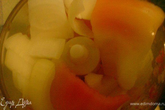 три перца и лук и капусту измельчить в блендере