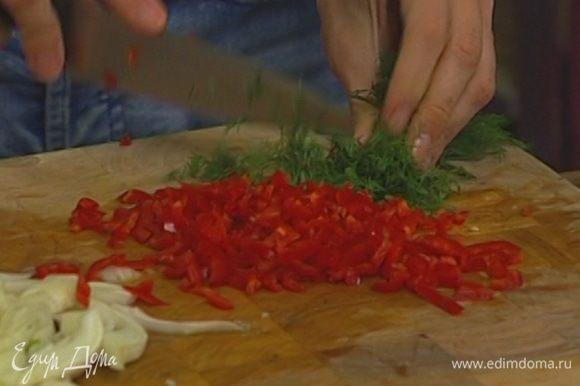 Чеснок почистить, из перца чили удалить семена и все вместе мелко нарезать.