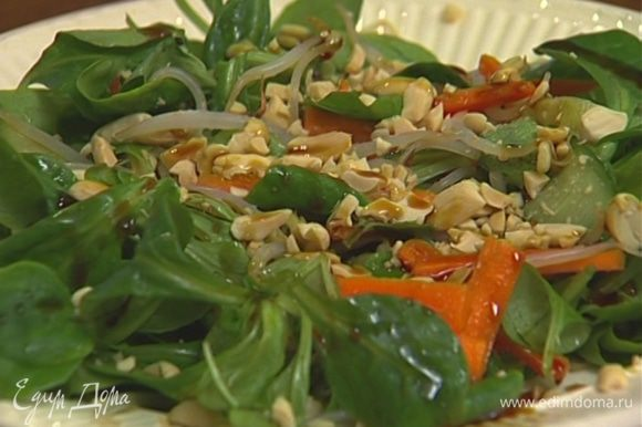 Заправить салат, выложить его на тарелку, посыпать измельченным арахисом, сбрызнуть кунжутным маслом.