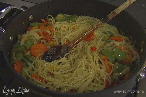 Влить немного воды, в которой макароны варились, 2–3 ст. ложки оливкового масла, добавить каперсы, присыпать базиликом и тут же подавать.