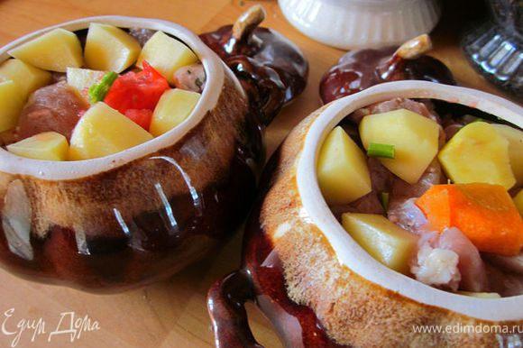 Чередуя с мясом, заложить овощи в горшочки. Посолить, посыпать приправой.