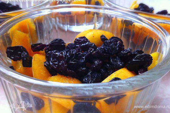 изюм вымыть, просушить. Добавить к абрикосам. Смородину я не добавляла, ровно как и банан.