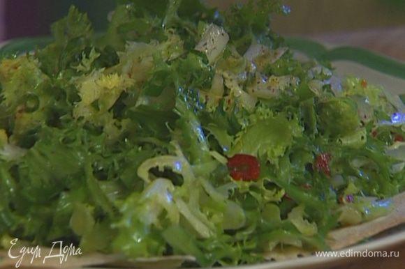 Добавить зеленый лук, кусочки авокадо, приправу для салата, все перемешать.