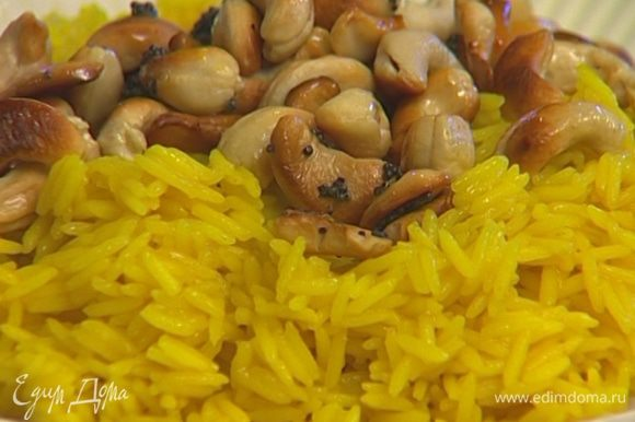 Готовый рис перемешать с орехами и семенами горчицы и полить лимонным соком.