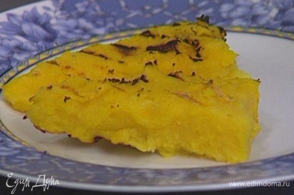Застывшую поленту разрезать на кусочки, поджарить на гриле и выложить на тарелки. Рядом положить несколько стеблей спаржи и кусочек пармской ветчины.