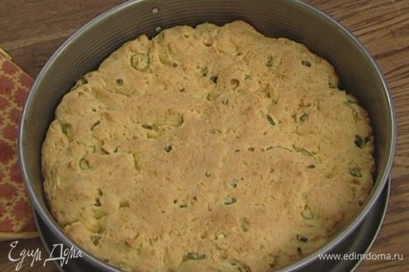 Разъемную форму для выпечки смазать оставшимся сливочным маслом и равномерно выложить тесто. Выпекать хлеб в разогретой духовке 25−30 минут.