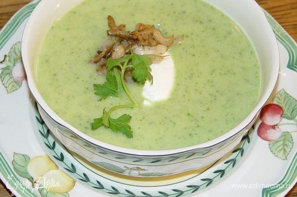 Разлить суп по тарелкам, в центр каждой положить 1 ст. ложку сметаны и 2–3 ст. ложки грибов. Присыпать зеленью петрушки.