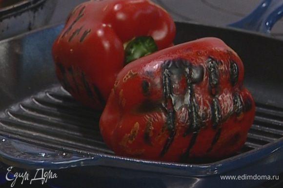 Перец обжарить на сковороде-гриль, положить на 5 минут в целлофановый пакет, затем очистить от кожицы и семян и крупно нарезать.