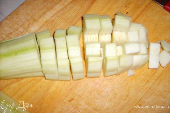 Кабачки очищаем от кожуры и также режем кубиками и добавляем к овощам