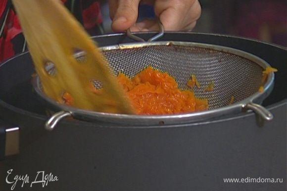 Протереть тыкву через сито в кастрюлю с толстым дном, добавить 2 ст. ложки сливочного масла.