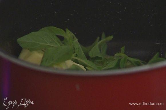 Приготовить соус: растопить 125 г сливочного масла, добавить листья орегано, соль и перец. Прогревать на медленном огне 30–40 секунд.