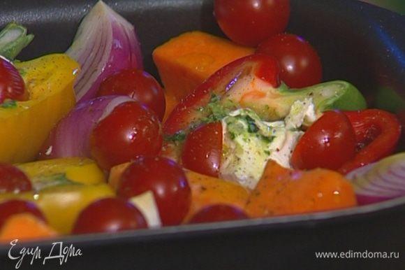 Накрыть овощи фольгой и запекать в разогретой духовке 20 минут, затем фольгу снять, присыпать оставшимся козьим сыром и запекать еще 10 минут.
