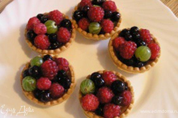 Добавить малину и оставшиеся ягоды.