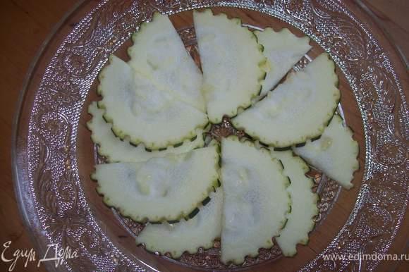выкладываем на тарелку...цукини в виде цветочка в два ряда