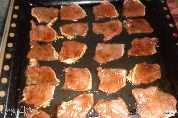 Выкладываем мясо на слегка смазанный раст. маслом противень