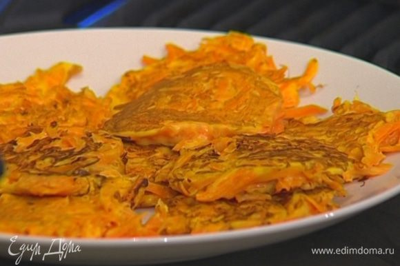 Поставить форму с драниками в разогретую духовку на 5—7 минут, они станут пышными и красивыми. Подавать сразу горячими со сметаной.