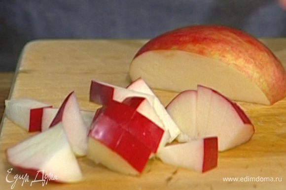 Яблоки нарезать небольшими дольками, удалив сердцевину с семечками.