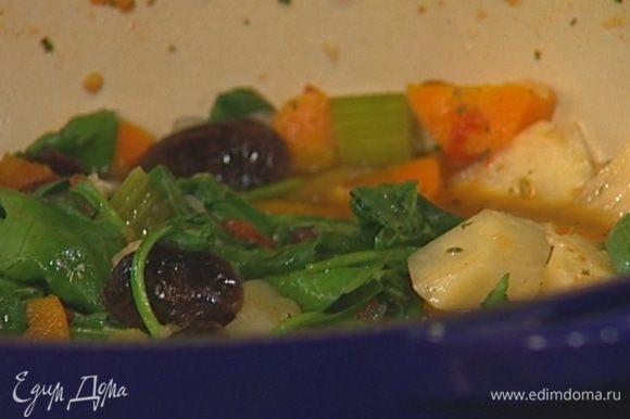 Отправить в кастрюлю к овощам готовую фасоль, влить оставшийся подогретый бульон и готовить суп еще 15 минут.