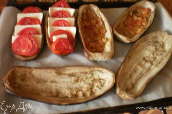 На пропеченные баклажаны выкладываем тонким слоем рагу, сверху поочередно помидоры и брынзу.