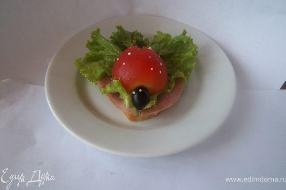 Ломтик хлеба, ломтик ветчины, помидор режем пополам,из маслинки делаем голову Божьей коровке, две капельки майонеза - глазки