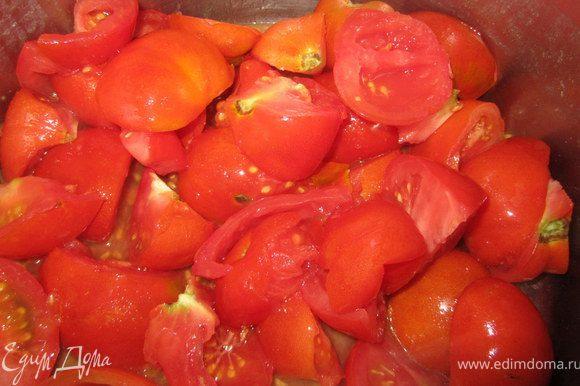 Оставить все тушится. В это время, помидоры разрезать на четвертушки и отправить в кастрюлю. Оставить до размягчения.