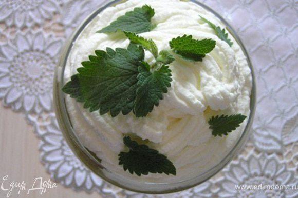 Готовый десерт украсить взбитыми сливками и листиками мяты, на этот раз я использовала мелиссу.