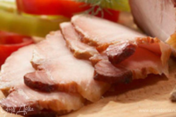 Для салата я брала копченые свиные ребрышки, размером на три кости, отделила мясо от косточек, нарезала кубиками. ребрышки можно заменить на балык или бекон