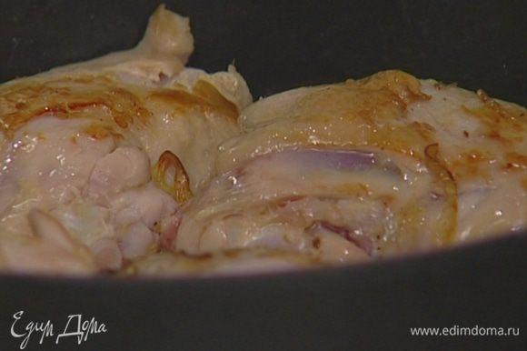 В тяжелой сковороде разогреть сливочное масло и обжарить куриные бедра на медленном огне с обеих сторон.
